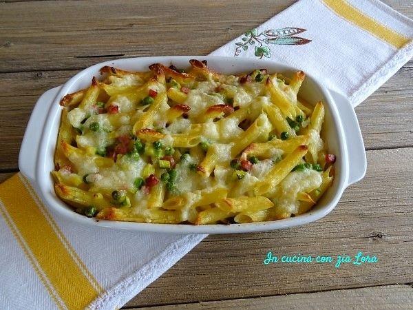 Le penne con verdure e formaggi  ripassate al forno sono un primo piatto gustoso che si può preparare con un po' di anticipo e che arriva in tavola filante per la gioa di grandi e piccoli.