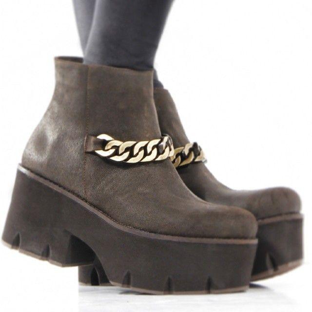 Botineta con cadena en empeine #PUSAN http://www.rickysarkany.com/pusan.html #chain #motoboots #couture