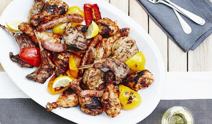 Pilons de poulet épicés, cotelettes d'agneau et saucisses