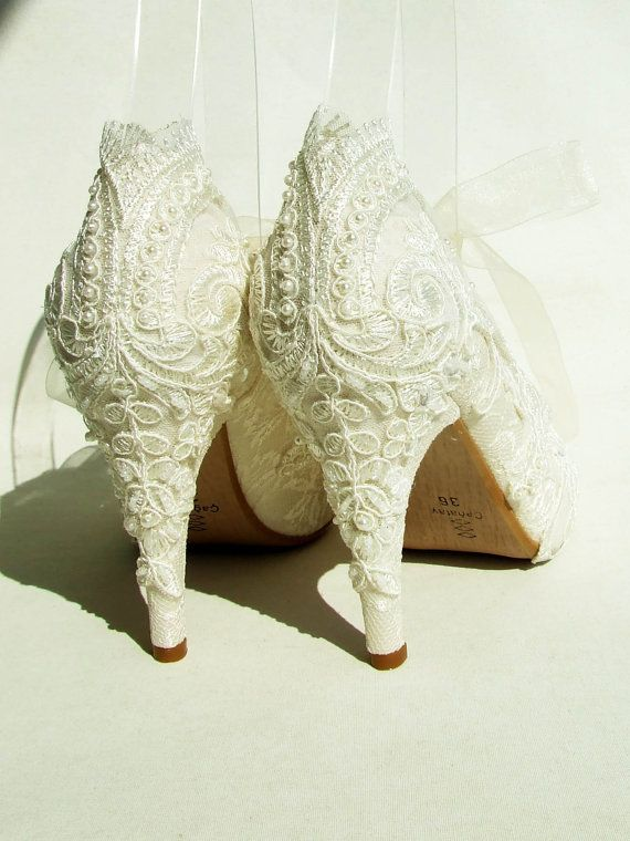 Embroidered Lace Bridal Shoes with Pearls in door KUKLAfashiondesign