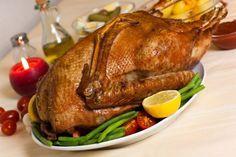 In vielen Familien wird an Weihnachten eine gebratene Gans serviert. Wer das Traditionsessen selbst mal zubereiten möchte, sollte dieses Rezept ausprobieren!