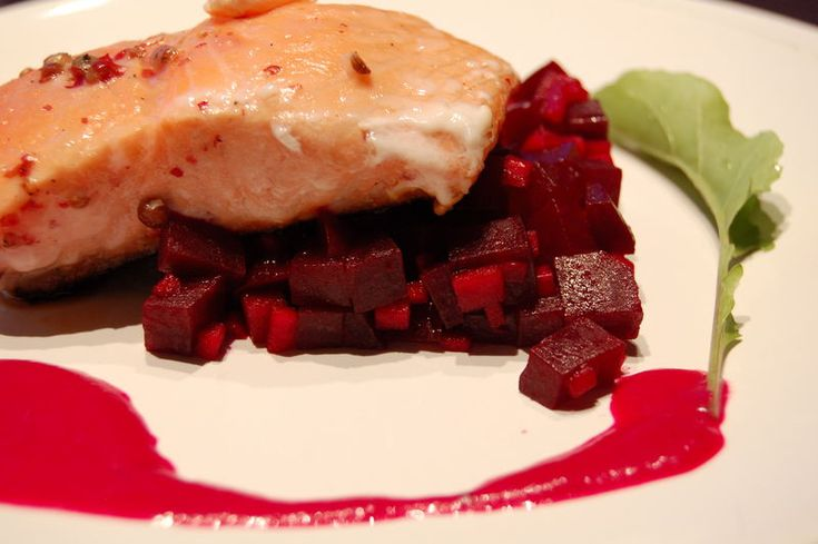Coeur de filet de saumon mariné et mi-cuit, Salade de betterave, pomme granny et oignon rouge, sauce flashy