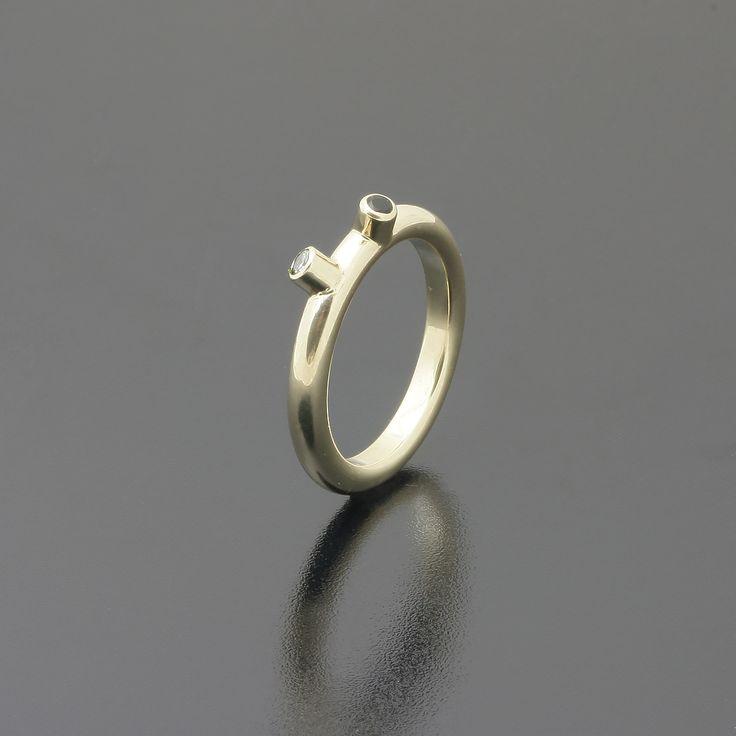 Nietypowy pierścionek. Żółte złoto, czarny i biały brylant www.inneobraczki.pl #obraczki #pierscionki #slub