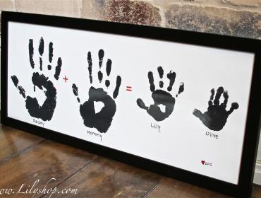 family hand prints :) -- Gran idea solo q yo lo hare con una mano y las huellas de las patitas de mis perros :)