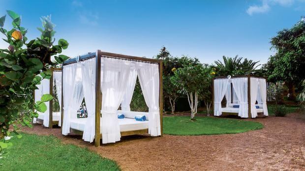 Blauer Himmel, feuerrote Erde, weißes Himmelbett - hier kann man einfach traumhaft entspannen - Barceló #Lanzarote #Resort #4Sterne #urlaub #lastminute