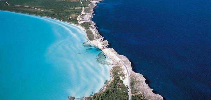 glass-window-bridge-6[6]バハマ  エルーセラ島は、西インド諸島バハマにある長細いサンゴ岩礁の島。  その形状は細長く、長さ180km。幅の広い所でも1.6kmしかありません。  特筆すべきは、島の左右でカリブ海と大西洋がくっきりと分かれているということです。