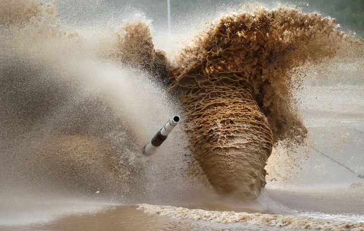 Alabino, Rússia tanque da equipe russa compete durante o Campeonato Mundial de Biatlo Tanque de 2015.The weekend in pictures