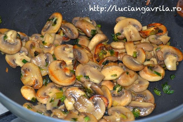 sote de ciuperci champignon cu leurda si ceapa verde