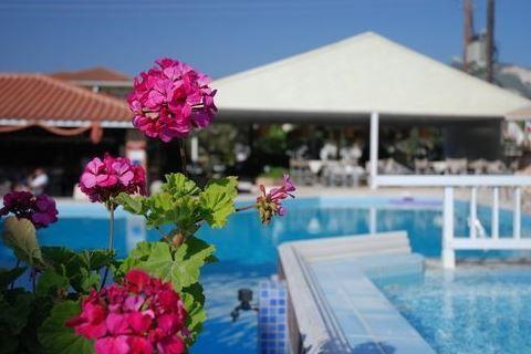 Louros Beach&Spa  Description: Ligging: Louros Beach & Spa ligt ca. 1 km van het centrum van Kalamaki en ca. 250 m. van het Kalamaki zandstrand. Er is een bushalte op ca. 500 m. afstand. Het complex is ongeveer 4 km verwijderd van Zakynthos-Stad. Faciliteiten: Het 3-sterren Louros Beach & Spa is een Only Adult hotel de minimale leeftijd van de gasten is 14 jaar. Het hotel beschikt over 2 gebouwen van maximaal 2 verdiepingen. Het hotel beschikt over een receptie lobby snack-/poolbar en een…