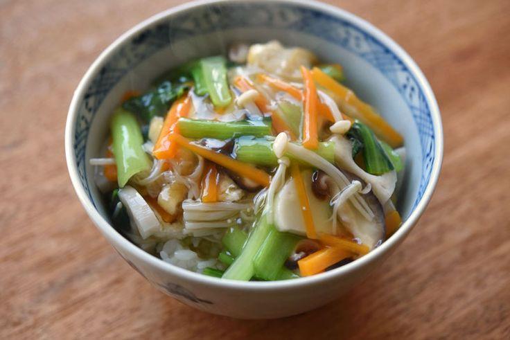 いちばん丁寧な和食レシピサイト、白ごはん.comの『野菜あんかけ丼の作り方』を紹介しているレシピページです。小松菜、にんじん、蓮根、きのこ類などを合わせていますが、あんかけのベースさえ覚えれば、季節の野菜や冷蔵庫にある野菜で応用がきく便利レシピだと思います。ぜひお試しください。