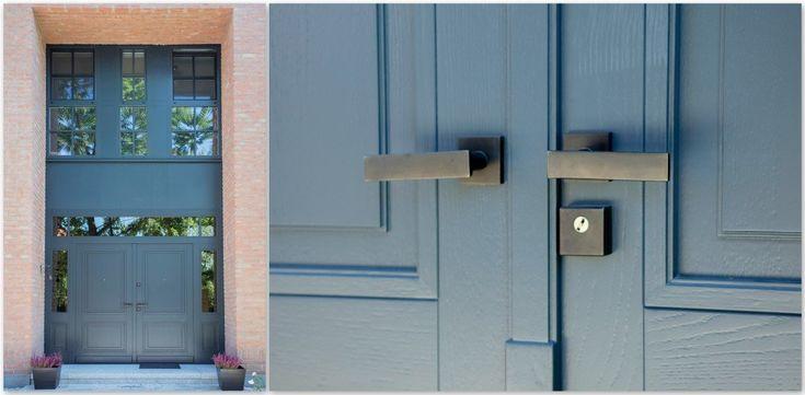 Przybliżone detale ekskluzywnych drzwi zewnętrznych, które od środka posiadłości są malowane w bieli. Exclusive exterior doors, blue outside, white inside, details, handles