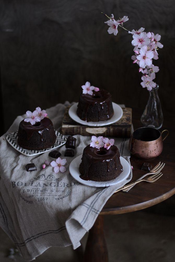 Coco e Baunilha: Bolos de chocolate, amêndoa e sésamo preto // Chocolate, almond & black sesame bundts
