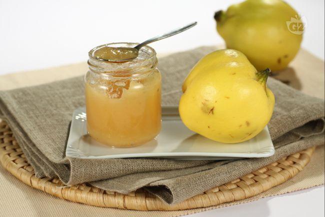 La confettura di mele cotogne è ottima per accompagnare arrosti e carni grasse, ma anche per preparare dolci e crostate.