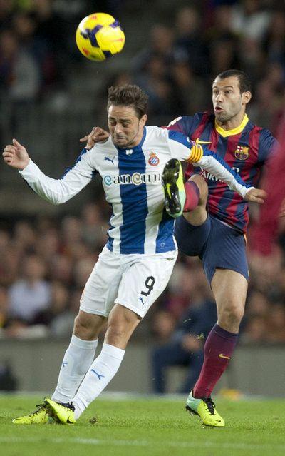 Sergio García cabecea ante Mascherano. | FC Barcelona 1-0 Español. [01.11.13]