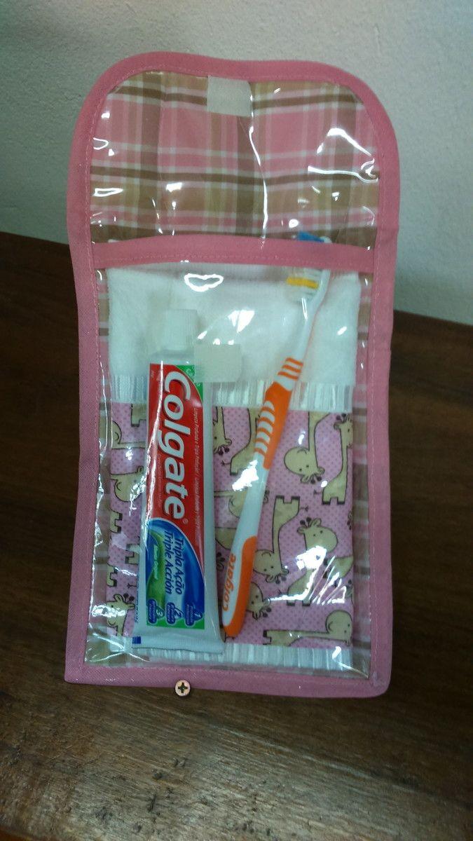 15c3c8e67 Kit higiene bucal todo forrado com plastico. Possui uma toalhinha medindo  31x46cm e com faixa