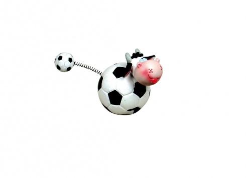 FIGURA MUCCA CALCIO BIANCO/NERI  Figurina in resina con testa a forma di mucca e corpo a forma di palla da calcio con coda a molla e piccola pallina da calcio all'estremità nei colori bianco-nero