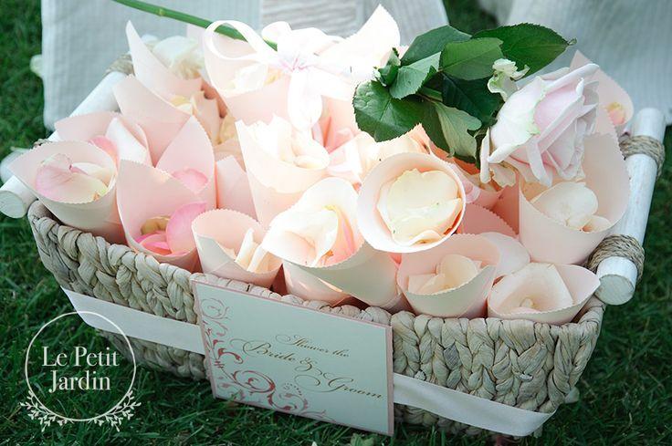 Coni con petali da lanciare agli sposi alla fine della cerimonia..