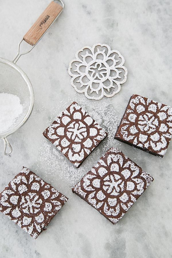 Use powdered sugar and a stencil to instantly add charm to a brownie!! A Simple Surprise Mother's Day Brunch // Flowers for Mom // Telefora // Mother's Day Entertaining