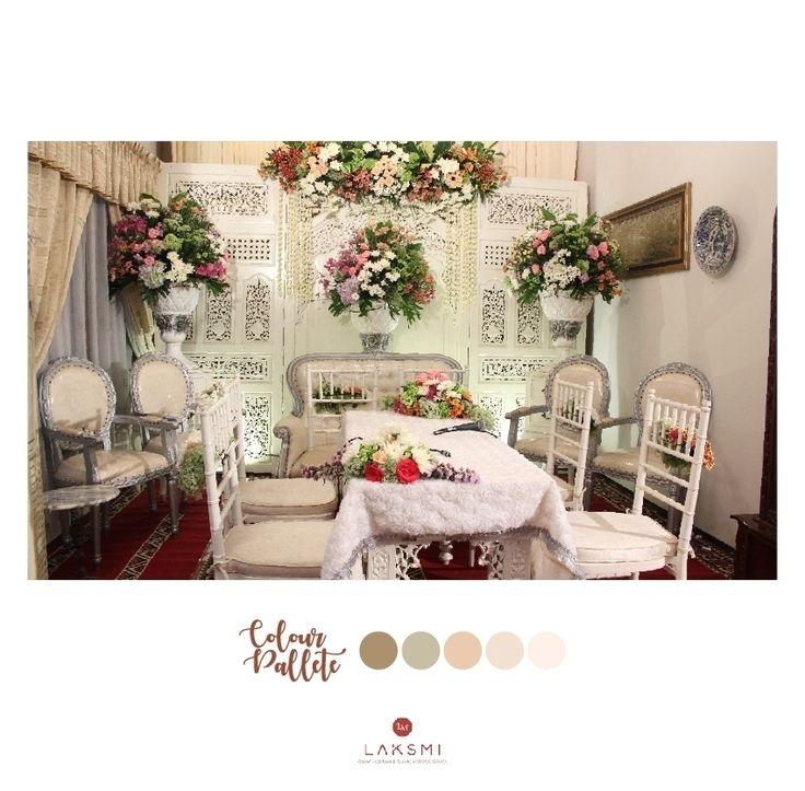 Dekorasi Akad di dalam rumah  Dengan menggunakan kursi dan meja yang dihiasi banyak bunga-bunga  .  Nuansa putih Akad Nikah boleh diberikan rangkaian bunga-bunga cantik warna warni agar warna putih tidak terkesan monoton