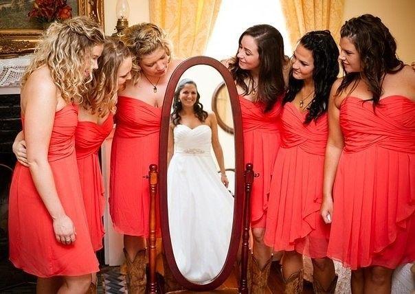 С помощью зеркала делаем отличные снимки с подружками невесты.  Оригинальный способ уместить и невесту, и всех подружек на один снимок — снять отражение в зеркале.    #wedding #bride #flowers