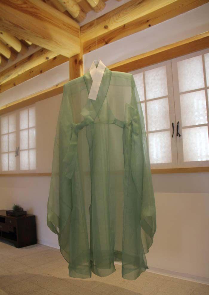 Traditional Joseon-era coats can be viewed in a hanok-style exhibition hall near Gyeongbokgung Palace in central Seoul. (photos: Sohn Ji-ae)
