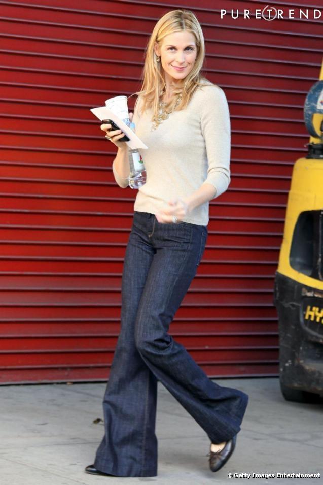 Actrice de Gossip Girl, Kelly Rutherford porte le modèle noir avec un pantalon pattes d'éléphants.
