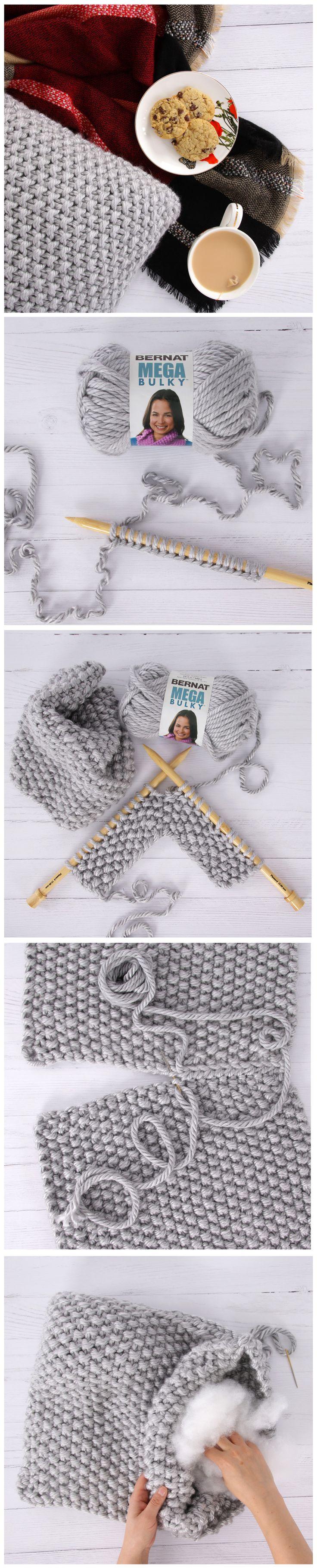 Coussin confort en tricot: Un tricot vite fait bien fait qu'il fait bon de serrer ! // Chunky Knit Pillow: Knitting up fast, this weekend project makes a thoughtful homemade gift.
