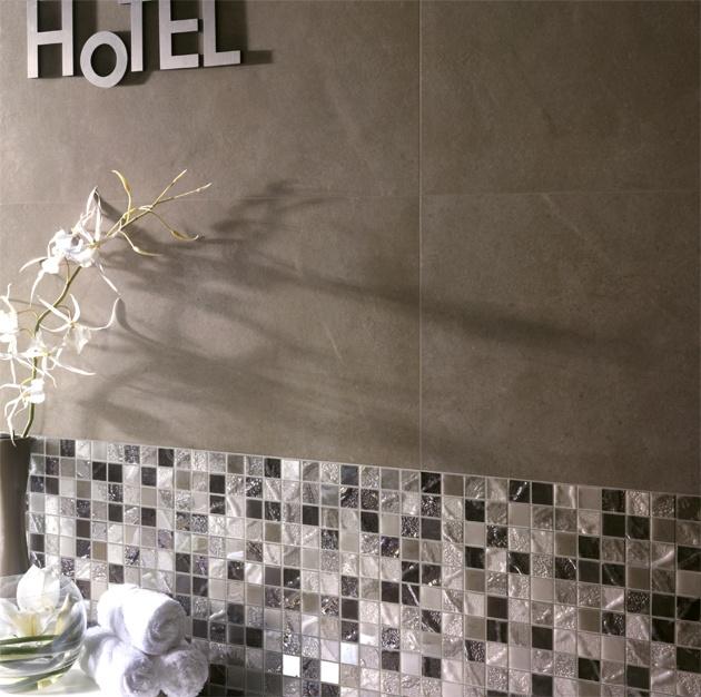 Rivestimento bagno in gres effetto cemento serie Smart Town, colore Sand con mosaico Oasi Four Seasons #rivestimentibagno #pavimentibagno