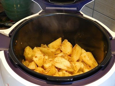 Ingrédients : 1 kg de pomme de terre 1 oignon 4 gousses d' ail 1 c à soupe rase de paprika des herbes de provence 300 ml d'eau 1 coeur de bouillon de boeuf sel, poivre 2 c à s d' huile d'olive Préparation: éplucher et couper les pommes de terre émincer...