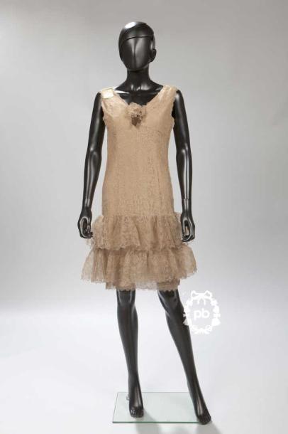 BALENCIAGA Haute Couture N°96382 (1968) ROBE 'baby doll' en dentelle cappuccino doublée de pongé de soie, décolleté en pointe rehaussé d'une fleur, jupe volantée superposée (env. T S/M) Griffe blanche,… - Millon & Associés - 10/06/2015