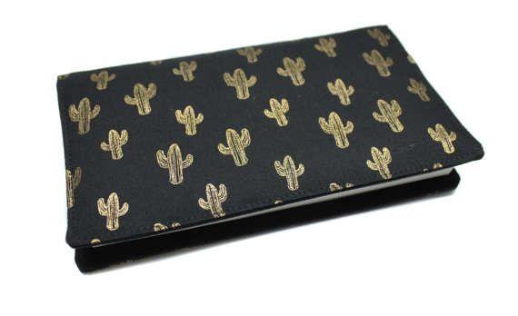 porte-chéquier en tissu coton noir et doré cactus pour chéquier souche horizontale talon haut