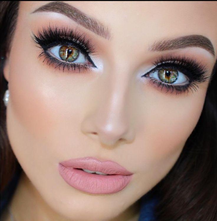Как визуально увеличить глаза с помощью макияжа: советы и лайфхаки  Эти простые приемы в макияже помогут тебе визуально увеличить глаза и сделать взгляд более открытым и выразительным.  ~Начни с ухода за кожей вокруг глаз. Объясняем почему: припухлости, темные круги и мелкие морщинки лишь утяжеляют лицо, и глаза в частности. Поэтому перед тем как приступить к макияжу, увлажни кожу вокруг глаз специальным кремом. ~Темные круги не только делают взгляд болезненным, но и зрительно уменьшают…
