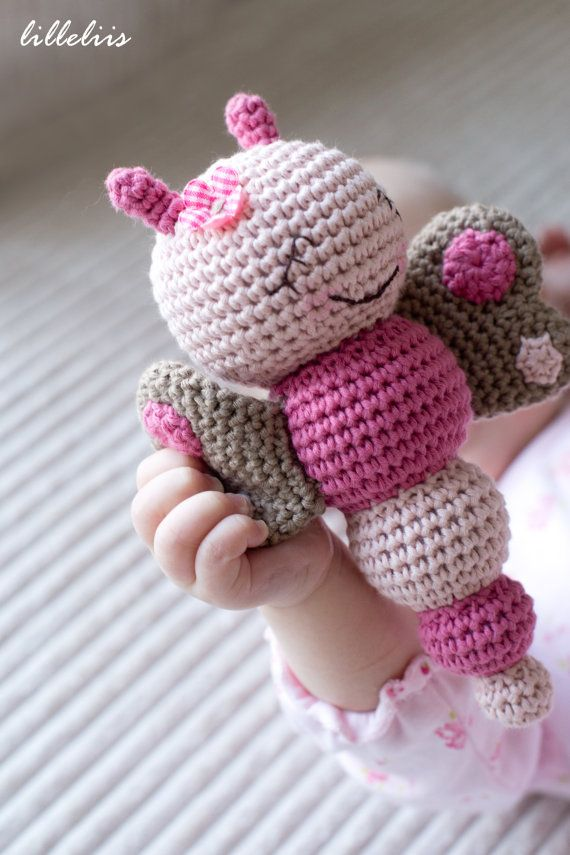 Download Muster in Englisch (US-Terminologie) und Niederländisch geschrieben.  Diese bunten und Smiley Fehler Rasseln werden jedes Baby glücklich machen! Sie sind einfach zu machen und bringen viel Freude. Muster enthält 3 Fehler – Süße Schmetterling, freundliche Biene und neugierige Caterpillar. Fehler Rasseln machen ein nettes Geschenk für das Neugeborene. Sie können sie auch bis zu einem Baby-Mobile hängen.  Größe: ca. 17 cm (7 Zoll) Schwierigkeitsgrad: Mittelstufe (Stäbchen, halbe…