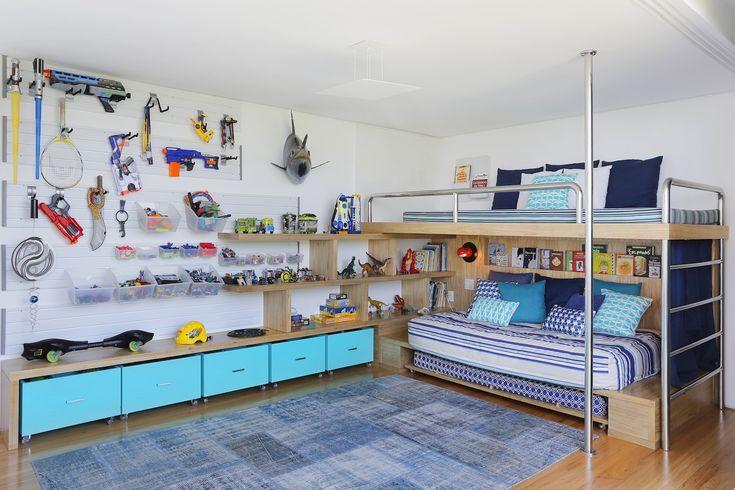 Brinquedos, skate e até uma cabeça de marlin (pescada pelo pai). O quarto de Jorge revela e expõe memórias em uma composição criada pela OBA!