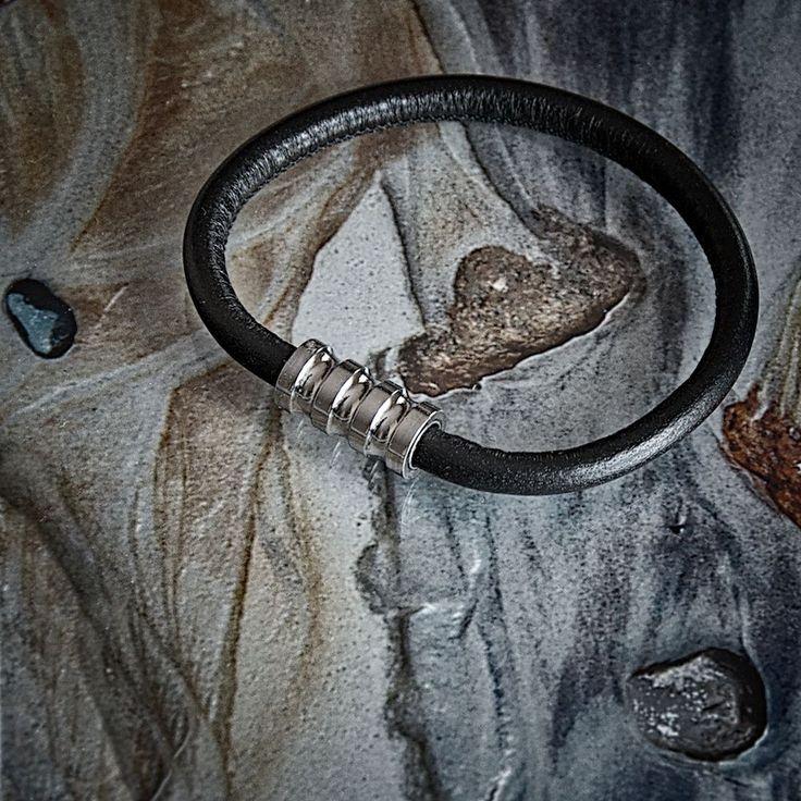 Bransoleta Fuerza - ze skóry i stali szlachetnej z magnetycznym zapięciem. #fuerza #stylizacja #collection #kolekcja #fashion #stylization #man  #men #look #bransoletki #bransoletka #mężczyzna #bransolety #bracelets #bracelet #jewelry
