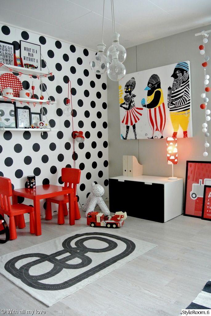 Raikkaita värejä ja selkeitä muotoja. Niistä on tämä lastenhuone tehty. #lastenhuone #lastenhuoneensisustus #punainen #mustavalkoinen #sisustus #inspiroivakotiTäällä asuu: Jennileinonen