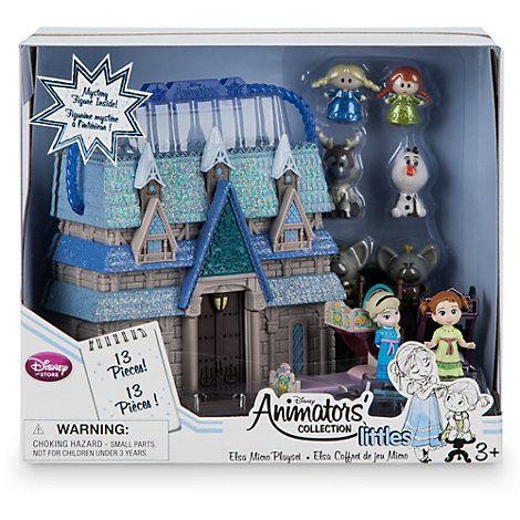 Ensemble de jeu miniature d'Elsa de la collection Disney Animators Vos petits bouts pourront transporter leur version miniature du royaume d'Arendelle où bon leur semble grâce à notre ensemble de jeu miniature La Reine des Neiges. L'ensemble s'ouvre pour laisser place à des figurines à l'effigie des princesses Anna et Elsa mais aussi d'Olaf, de Sven et de 2 trolls, le tout accompagné de 2 lits et d'un miroir ainsi que d'une figurine mystère.