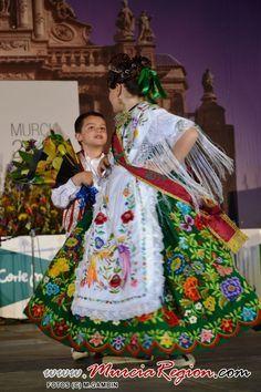 Refajo labor verde matizado en colores, de Antonio Ferre,maravillas de la indumentaria murciana,artísticas,laboriosas.