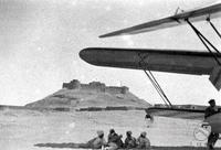 Libia Gruppo di indigeni riposa all'ombra di un aereo nel deserto libico nei pressi di una fortezza