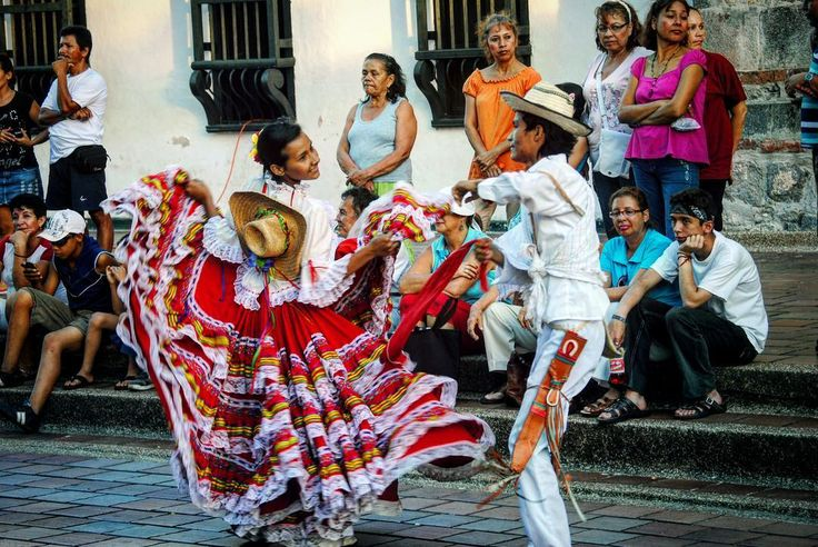Colombia  es color sabor y música!! La calle tiene ritmo y sus gentes un carácter inigualable para hacerte sentir como en casa... Deseando volver por tercera vez... Te gustaría conocer Colombia? Si ya estuviste cuál fue tu lugar favorito? - #travel #traveling #viaje #viajar #colombia #colombiatravel #turismo #tourism #america #sudamerica #southamerica #baile #dance #color #folk #couple #pareja #wanderlust #amazing #travelphotography #realismomagico