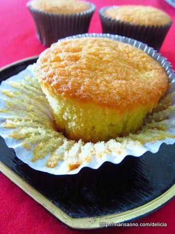 """Não, não são madeleines em formato de concha, não são as madeleines de Proust. Talvez seja melhor chama-las de """"madorênu"""", que é como são chamadas no Japão. São bolinhos macios, fofinhos, às vêzes vendidos em formas redondas e rasas, noutras em formas de cupcakes, mais altas."""