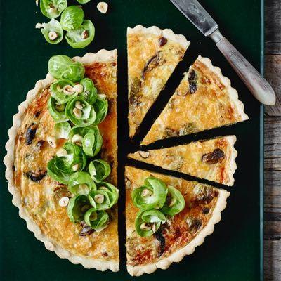 Få opskriften på en super lækker tærte, som vi alle elsker! Tærten er fyldt med grillet kylling, porre og parmesan - prikken over i'et pynter vi med bacon!