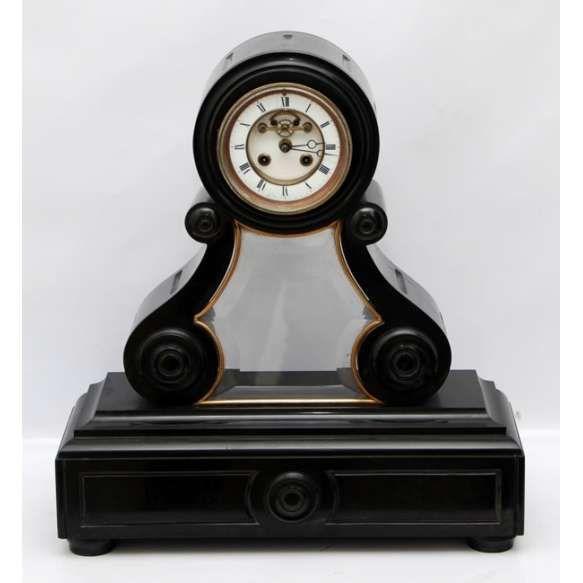 Achille Brocot ( Paris 1817 - 1878 ) Antigo Mantel Clock em Mármore Negro Belga, estilo Vitoriano. Sistema de escapamento Brocot, aparente no mostrador. Cristal bisotado protege o pêndulo no frontão.Medidas: 46 x 43 x 15 cm.