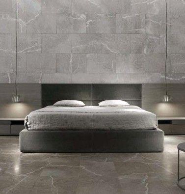 Suelo y paredes recubiertos por piedra natural. Textura envolvente.