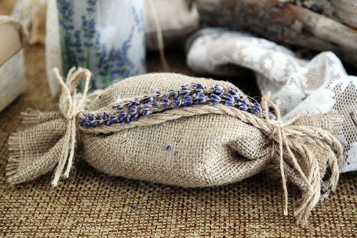 Καραμέλα με λινάτσα διακοσμημένη με λεβάντα και οικολογικό κορδόνι.