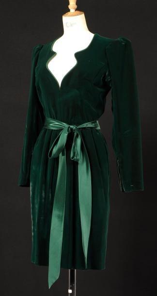 Yves SAINT LAURENT Haute-couture, circa 1985 Robe de cocktail en velours de soie vert sapin, décolleté profond de forme mouvementée gansé de satin de soie, manches longues à emmanchures plissées, jupe… - Cornette de Saint Cyr - 16/12/2012