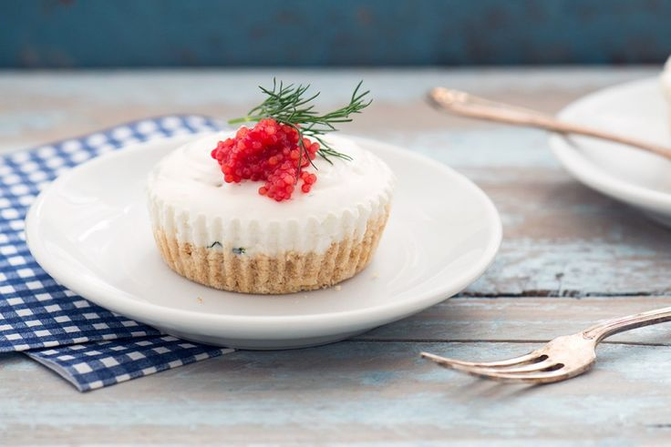 Le mini cheesecake salate con stoccafisso sono un antipasto gustoso: un guscio croccante raccoglie il ripieno di robiola e stoccafisso dissalato.