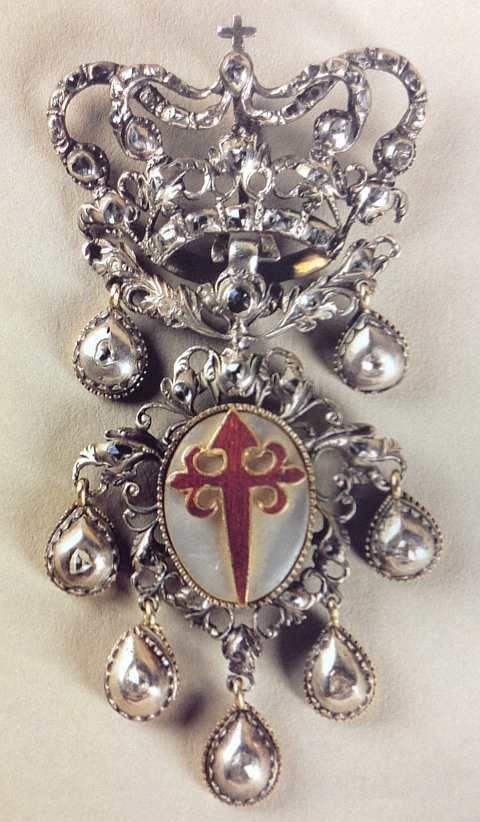 Insígnia de Cavaleiro da Ordem de Santiago da Espada | « Adoração da Corte Celestial por D. Filipe II de Portugal»
