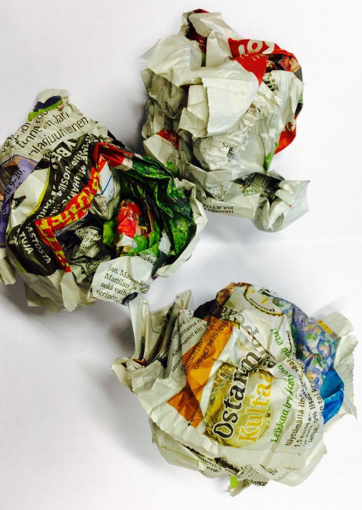 LI: Sanomalehtisotaa! Rytätkää vanhoista lehdistä palloja ja menkää liikuntatunnilla joukkueittain lehtipallosotaa. Pallon osuessa pelaaja jähmettyy paikoilleen. Muistakaa viedä pallot pelin loputtua paperinkeräykseen!  #aamulehti #sanomalehti #koulumaailma #oppituntivinkki #liikunta