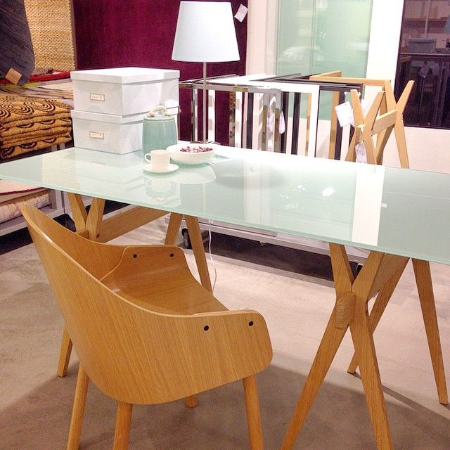 Måndag morgon och dags att börja jobba! Behöver du uppdatera arbetsplatsen med nya snygga möbler? Bordsskivorna Lagon i härdat glas passar perfekt med våra bordsben/bockar Nic i lackat stål samt ADN och Kusa i ek. På bilden bordsskiva vit 160x80cm 1.990kr, bockar ADN 73x35x73cm 1.990kr/st. Finns både i Täby & Skrapan. #habitatsverige #favoritpåhabitat